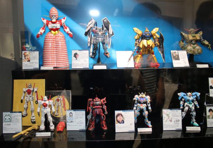 お台場ダイバーシティ東京のガンダムフロント東京の芸能人が作ったガンプラです。