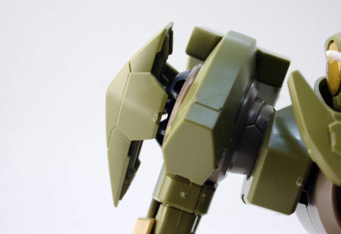 HGBFジンクスIVType-GBFの肩部のガンプラレビュー画像です