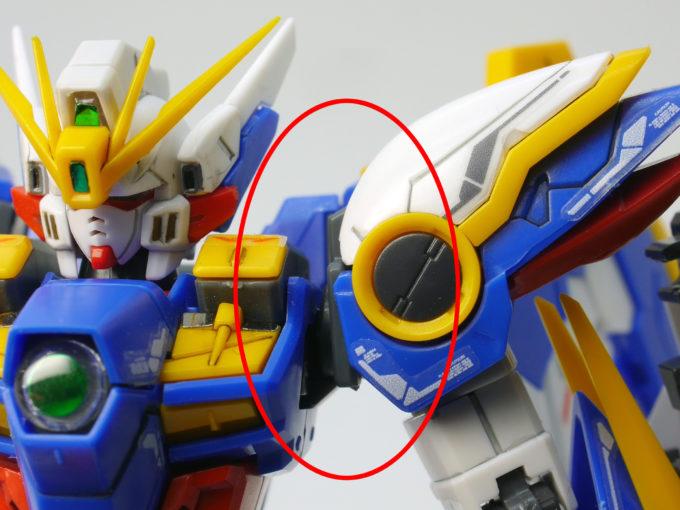 RGウイングガンダムEWの外れやすい肩のガンプラレビュー画像です