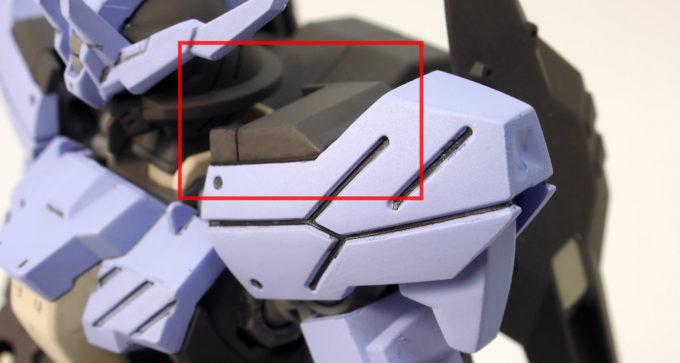 HGガンダムヴィダールの肩のシール部分のガンプラレビュー画像です