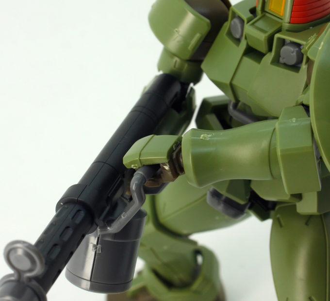 HGACリーオーの105mmライフルを両手で持つガンプラレビュー画像です
