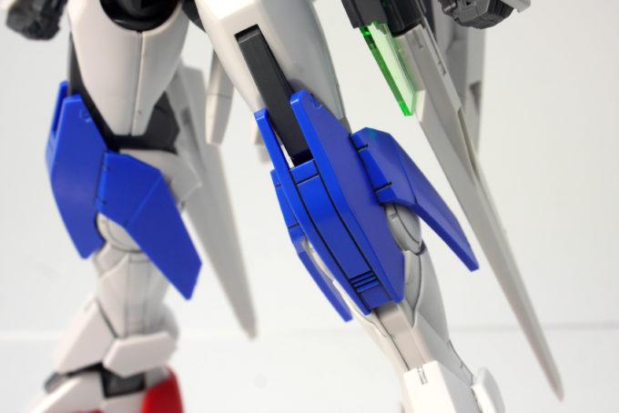 HGBCダイバーエースユニットの新規パーツの脚ガードのガンプラレビュー画像です
