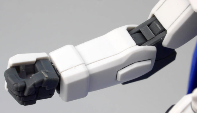 HGCEフリーダムガンダムの腕部のガンプラレビュー画像です