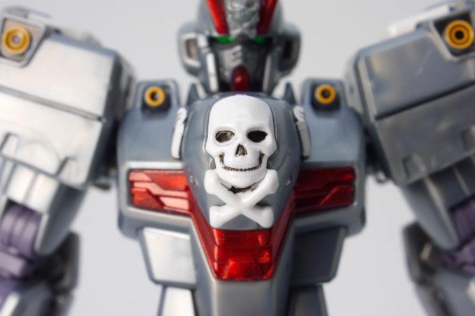 HGUCクロスボーン・ガンダムX0の胸のドクロのガンプラレビュー画像です