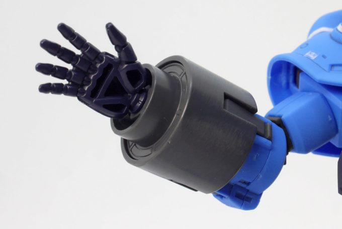 HGプロトタイプグフ(戦術実証機)の右手の肉抜きのある平手のガンプラレビュー画像です