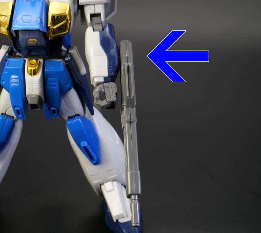 1/100ガンダムエアマスターバーストの腕にライフルを取り付けた画像です