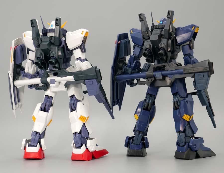 MGガンダムMk-II Ver.2.0のエゥーゴカラーとティターンズカラーの比較ガンプラレビュー画像です